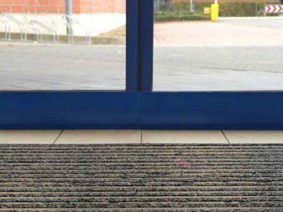 Schiebetür einer Einzelhandelsfiliale dicht dank SGD Spaltabdichtung.