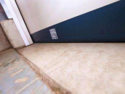 Fertig montierte SGD Spaltabdichtung SAMT an einer Tür. Detail.
