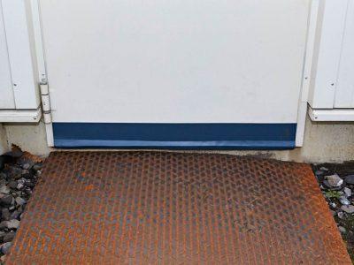 Fertig montierte SGD Spaltabdichtung SAMT an einer Tür. Außenansicht.