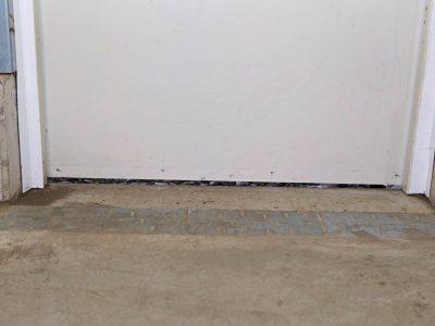 Montage einer SGD Spaltabdichtung SAMT an einer Tür. Die alte Bürstendichtung wurde abgenommen.