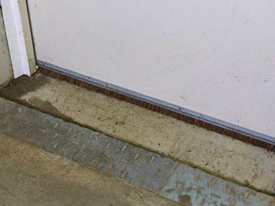 Montage einer SGD Spaltabdichtung SAMT an einer Tür. Tür mit alter Bürstendichtung.