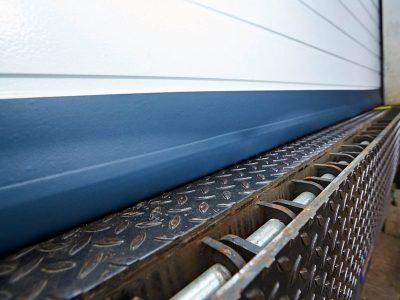 SGD Spaltabdichtung SAMTS an einem Rolltor. Detail.