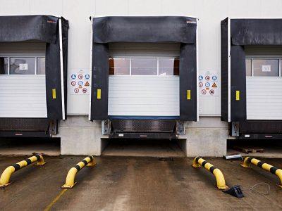 SGD Spaltabdichtung SAMTS an einem Rolltor. Außenansicht.