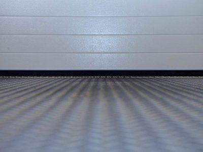 Montage einer SGD Spaltabdichtung SAMTS an einem Rolltor. Vorher: durchlässige Gummidichtung.